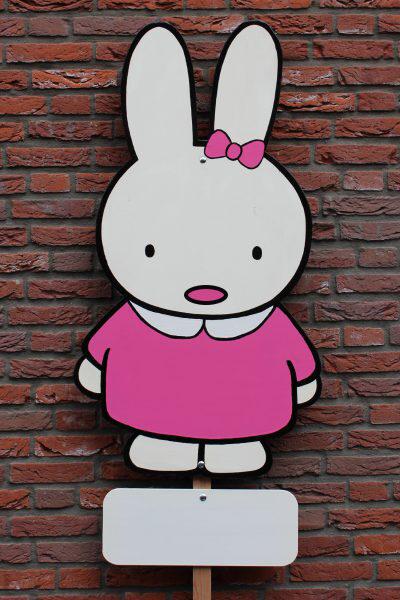 Roze konijntje met strik huren voor meisje